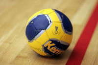 640px-Handball_the_ball