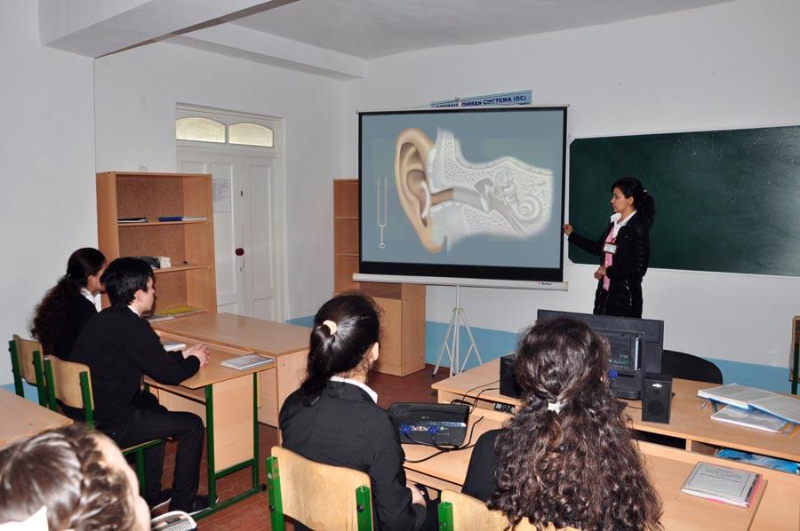 Учительница биологии Олимова Наргиз объясняет ученикам построение ухо